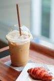 Lukrowy kawy i malinki croissant Zdjęcie Royalty Free