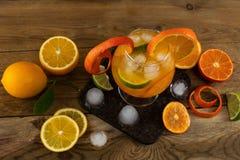 Lukrowy tropikalny owocowy koktajl na drewnianym stole Zdjęcia Stock