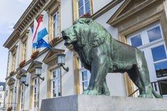 01, 2016: Luksemburg miasto LUKSEMBURG, LIPIEC - Statua lew Obrazy Royalty Free