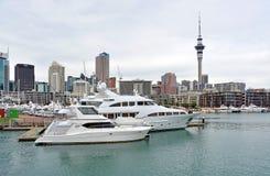Luksus Pływa statkiem łodzie w wiaduktu basenie, Auckland Zdjęcia Stock