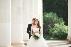 Luksus poślubiająca ślub para, państwo młodzi pozuje w starym mieście Fotografia Royalty Free