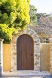 Luksus skała i drewniana brama jako wejście dom Obrazy Stock