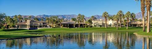 Luksus stwarza ognisko domowe wzdłuż pola golfowego w palmy pustyni Zdjęcie Stock
