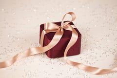 Luksus teraźniejszy na świątecznym zaświecającym tle fotografia stock
