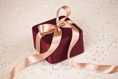 Luksus teraźniejszy na świątecznym zaświecającym tle obraz stock