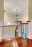 Luksus wyginający się schody z świecznikiem i harwood. Obraz Stock