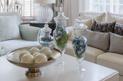 Luksus ziemi brzmienia żywy pokój z zielonym urlopem w szklanej wazie Obrazy Stock