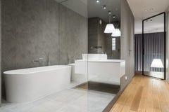 Luksusowa łazienka z sześciokąt płytką obrazy stock