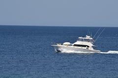 Luksusowa łódź przy morzem Zdjęcia Royalty Free