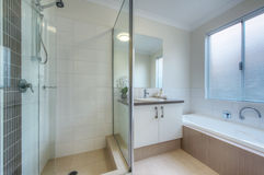 Luksusowa łazienka w nowożytnym domu Obrazy Royalty Free