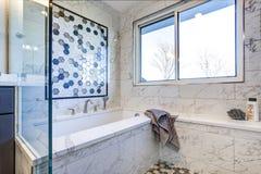 Luksusowa łazienka z marmur płytki obwódką obraz stock