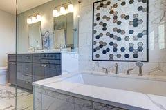 Luksusowa łazienka z marmur płytki obwódką fotografia royalty free
