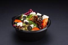 Luksusowa świeża kolorowa jarzynowa sałatka na czarnym tle zdrowe jeść zdjęcia royalty free