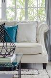 Luksusowa biała kanapa w żywym pokoju Zdjęcia Royalty Free
