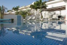 Luksusowa biała willa z pływackim basenem Obrazy Royalty Free