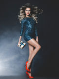 Luksusowa blondynka z prezentem Obrazy Royalty Free