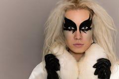 Luksusowa blondynka z sztuka makijażem w Futerkowym żakiecie obrazy royalty free
