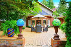 Luksusowa czerwonej cegły domu powierzchowność Brukujący patio z kul ziemskich światłami Fotografia Royalty Free