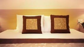 Luksusowa hotelowa sypialnia i poduszka przy nighttime z oświetleniem, kamera przechylaliśmy up, tropiący strzał, Wysokiej jakośc zbiory