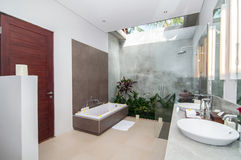 Luksusowa i Czysta łazienka zdjęcia royalty free