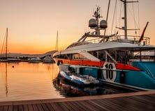 Luksusowa jacht chełbia przy zmierzchem Zdjęcie Royalty Free
