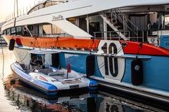 Luksusowa jacht chełbia przy zmierzchem Fotografia Royalty Free
