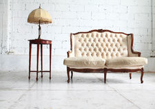 Luksusowa kanapa w rocznika pokoju Obrazy Royalty Free
