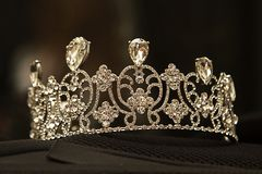 Luksusowa korona z diamentami, diadem biżuteria na czarnym tle, obrazy stock