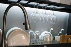 Luksusowa kuchnia z naczyniami i metalu wodnym klepnięciem Obrazy Stock