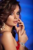 Luksusowa młoda kobieta w drogim wnętrzu Dziewczyna z doskonałym mak Zdjęcie Stock