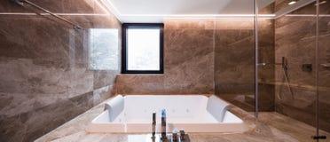 Luksusowa marmurowa łazienka z hydromassage obrazy stock