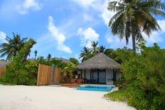 Luksusowa miejscowość nadmorska, bungalow blisko niekończący się basenu, wakacje pojęcie zdjęcie royalty free