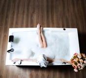 Luksusowa mody kobieta z miękkim dużym ręcznikiem w ranku zdroju hotelowym lying on the beach w skąpaniu obrazy royalty free