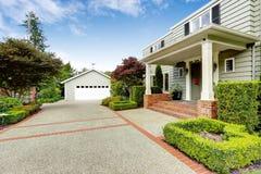 Luksusowa nieruchomość w Tacoma, WA Wejściowy ganeczek z ceglanym podstrzyżeniem Zdjęcia Stock