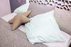 Luksusowa nowożytna stylowa sypialnia, dekoracyjna poduszka w postaci gwiazdy Zdjęcie Royalty Free
