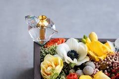 Luksusowa pachnidło butelka z kwiatami w prezenta pudełku Mydlarnia, kosmetyki, woni kolekcja Uwalnia przestrzeń dla teksta Obraz Stock