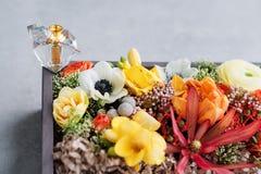 Luksusowa pachnidło butelka z kwiatami w prezenta pudełku Mydlarnia, kosmetyki, woni kolekcja Uwalnia przestrzeń dla teksta Zdjęcia Royalty Free