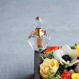 Luksusowa pachnidło butelka z kwiatami w prezenta pudełku Mydlarnia, kosmetyki, woni kolekcja Uwalnia przestrzeń dla teksta Obraz Royalty Free