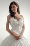 Luksusowa panna młoda w dopasowanie sukni Zdjęcia Royalty Free