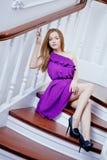 Luksusowa piękna kobieta na schody zdjęcie stock