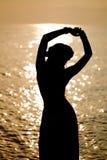 Luksusowa piękna modna kobieta na plaży Obrazy Royalty Free