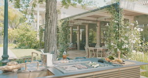 Luksusowa plenerowa kuchnia w wielkim podwórku zbiory wideo