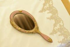 Luksusowa pościel i lustro obraz stock