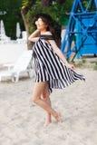 Luksusowa podróży kobieta w czarny i biały beachwear odprowadzeniu bierze przespacerowanie na piaska lata plaży Dziewczyna turyst obraz stock
