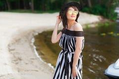 Luksusowa podróży kobieta w czarny i biały beachwear odprowadzeniu bierze przespacerowanie na piaska lata plaży Dziewczyna turyst zdjęcie royalty free