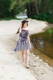 Luksusowa podróży kobieta w czarny i biały beachwear odprowadzeniu bierze przespacerowanie na piaska lata plaży Dziewczyna turyst obraz royalty free