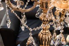 Luksusowa pozłocista podłogowa lampa w tle czarny rzemienny krzesło Fotografia Stock