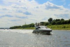 Luksusowa przyjemności łódź wolno pływa statkiem w dół rzekę przeciw niebieskiemu niebu fotografia royalty free