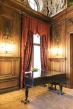 Luksusowa sala balowa z starym pianinem zdjęcie royalty free