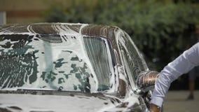 Luksusowa samochodowego obmycia usługa, osoby cleaning samochód z mydlaną gąbką, transport zdjęcie wideo